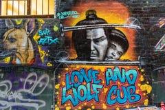 Grafittis do lobo solitário e do filhote fotos de stock royalty free