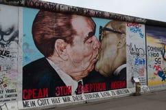 Grafittis do muro de Berlim, galeria da zona leste, o beijo Fotos de Stock