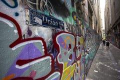 Grafittis dos grafittis da rua no Hosier Lane e na pista Melbourne da união, Victoria, Austrália foto de stock