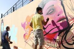 Grafittis dos pintores durante a rua Art Festival Thess Imagens de Stock