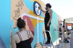 Grafittis dos pintores durante a rua Art Festival Thess Fotos de Stock