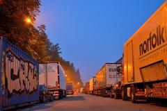 Grafittis e caminhões estacionados Fotografia de Stock