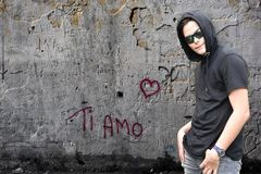 Grafittis e menino do amo do si com hoodie preto fotos de stock royalty free
