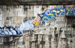 Grafittis em bancos do rio tiber em Roma italy Foto de Stock