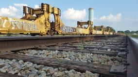 Grafittis em carros de trem em trilhas foto de stock