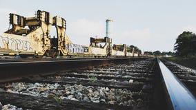 Grafittis em carros de trem em trilhas fotos de stock