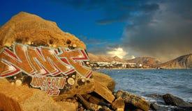 Grafittis em rochas perto do mar A costa de Crimeia, o Mar Negro imagem de stock