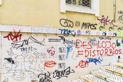 Grafittis em uma fachada na cidade velha de Lisboa imagem de stock