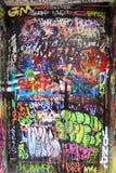 Grafittis em uma porta Fotografia de Stock
