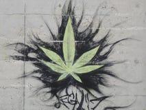 Grafittis: folha do cannabis imagem de stock
