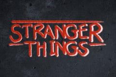 Grafittis mais estranhos das coisas na parede do grunge ilustração stock