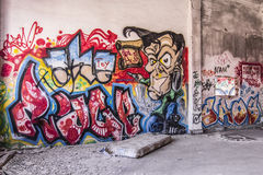 Grafittis na casa abandonada Imagem de Stock
