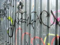 Grafittis na cerca do metal Fotografia de Stock