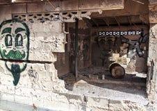 Grafittis na construção abandonada imagens de stock