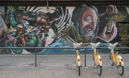 Grafittis na rua em Milão imagens de stock