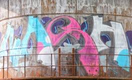 Grafittis na torre velha das reservas de água imagem de stock