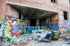 Grafittis nas paredes da fábrica abandonada Foto de Stock
