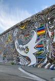 Grafittis no muro de Berlim velho Imagens de Stock