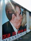 Grafittis no muro de Berlim velho Foto de Stock Royalty Free