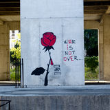 Grafittis para dizer que a guerra não se acaba em Bósnia Imagens de Stock