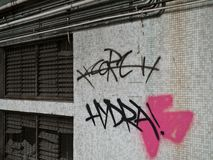 Grafittis pela janela oxidada Fotos de Stock Royalty Free