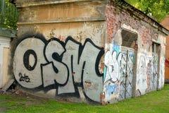 Grafittis pintados construção abandonados velhos Foto de Stock