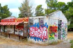 Grafittis pintados construção abandonados velhos em Loutraki Fotos de Stock Royalty Free