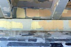 Grafittis pintados sobre o lado de baixo da ponte Fotos de Stock