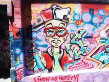 Grafittis - pintor com pintura à pistola imagem de stock royalty free