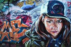 Grafittis - seriamente olhando a mulher imagem de stock royalty free