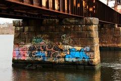 Grafittis sob uma ponte fotografia de stock royalty free