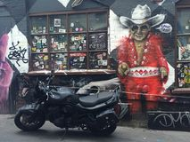 Grafittis - vaqueiro na construção velha foto de stock royalty free