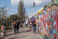 Grafittisprejare på Mauerpark i Berlin Arkivfoton