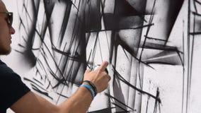 Grafittiteckning i gatan stock video
