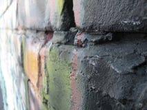 Grafittitegelstenvägg; färgrika tegelstenar arkivfoton
