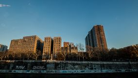 Grafittitegelstenvägg och hög löneförhöjningbyggnad i Manhattan fotografering för bildbyråer