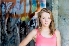 Grafittivägg för tonårs- flicka i bakgrund Royaltyfri Foto
