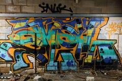 Grafittivägg i övergiven byggnad Arkivfoton