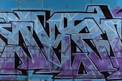 Grafittivägg i övergiven byggnad Arkivfoto