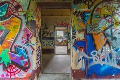 Grafittiväggbroms till och med hjärtan royaltyfri bild