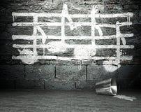 Grafittiväggen med musik noterar undertecknar, gatabakgrund Arkivfoto