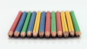 Grafitträblyertspennor för att skissa skottcloseupen på vitbaksida Fotografering för Bildbyråer