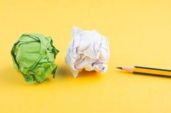 Grafittr?blyertspenna och att skrynkla gul bakgrund f?r papperslkon royaltyfria bilder