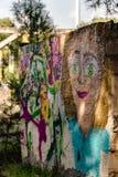 Grafity på väggen av en härlig blond kvinna, gatakonst royaltyfri bild