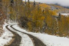 Grafschafts-Straße 7 mit neuer Schnee- und Herbstfarbe macht seine Weise thr Lizenzfreie Stockfotos