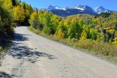 Grafschaftslandstraße durch die alpine Landschaft von Colorado-Bergen während der Laubjahreszeit Lizenzfreies Stockbild