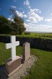 Grafsteen en kruis bij kerkhof Royalty-vrije Stock Afbeeldingen