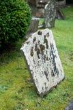 Grafsteen op een begraafplaats stock afbeelding