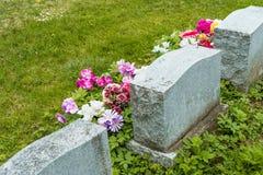 Grafstenen in een begraafplaats Stock Foto