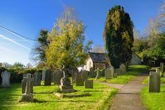 Grafstenen in een oude begraafplaats op de kerkwerf in West-Sussex, Engeland stock fotografie